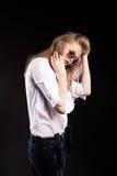 Schönes blondes Modell mit Hosenträgern und weißem Hemd Stockfoto