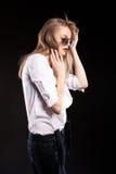Schönes blondes Modell mit Hosenträgern und weißem Hemd Lizenzfreie Stockbilder
