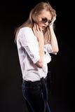 Schönes blondes Modell mit Hosenträgern und weißem Hemd Lizenzfreies Stockfoto
