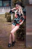 Schönes blondes Modell, wenn Sie draußen aufwerfen Lizenzfreie Stockfotos