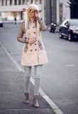 Schönes blondes Modell, wenn Sie draußen aufwerfen Stockfotos
