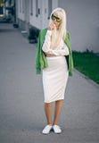 Schönes blondes Modell, wenn Sie draußen aufwerfen Lizenzfreie Stockfotografie