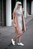 Schönes blondes Modell, wenn Sie draußen aufwerfen Stockfoto