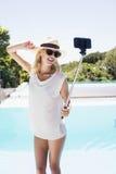 Schönes blondes nehmendes selfie Stockfotografie
