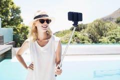 Schönes blondes nehmendes selfie Lizenzfreie Stockfotos