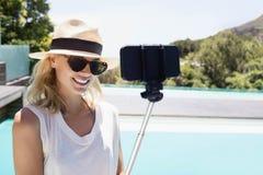 Schönes blondes nehmendes selfie Lizenzfreies Stockbild