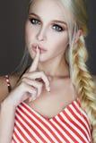 Schönes blondes Porträt der jungen Frau Stockfotos