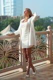 Schönes blondes russisches professionelles vorbildliches Mädchen, das Freude und r hat Lizenzfreie Stockbilder
