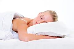 Schönes blondes Schlafen der jungen Frau Lizenzfreies Stockfoto