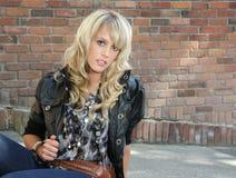 Schönes blondes Stadtmädchen. Stockfotografie