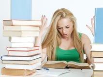 Schönes blondes Studieren für eine Prüfung Stockfoto