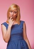 Schönes blondes Untersuchung die Kamera Lizenzfreie Stockfotos