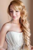 Schönes blondes Verlobtes mit Fachmann bilden Stockfoto
