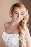 Schönes blondes Verlobtes mit Fachmann bilden Lizenzfreie Stockbilder