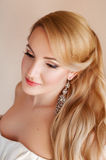Schönes blondes Verlobtes mit Fachmann bilden Stockfotos