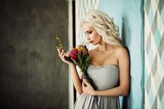 Schönes blondes vorbildliches Woman mit blonder gelockter Frisur Stockfoto