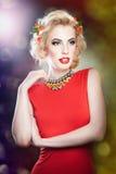 Schönes blondes weibliches Kunstporträt mit Rosen Stockfotografie