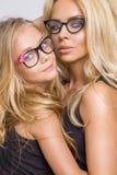 Schönes blondes weibliches Modell, Mutter mit blonder Tochterumarmung Lizenzfreie Stockfotografie
