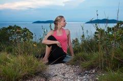 Schönes blondes weibliches Training auf dem Strand Stockfotografie