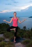 Schönes blondes weibliches Training auf dem Strand Lizenzfreies Stockfoto