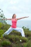 Schönes blondes weibliches Training auf dem Strand Stockfoto