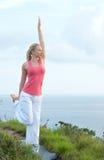 Schönes blondes weibliches Training auf dem Strand Stockfotos