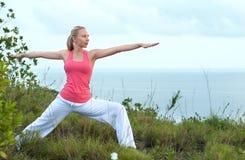 Schönes blondes weibliches Training auf dem Strand Stockbild