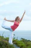 Schönes blondes weibliches Training auf dem Strand Stockbilder