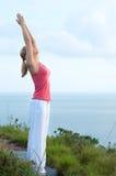 Schönes blondes weibliches Training auf dem Strand Lizenzfreies Stockbild