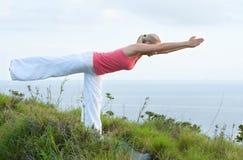 Schönes blondes weibliches Training auf dem Strand Lizenzfreie Stockbilder