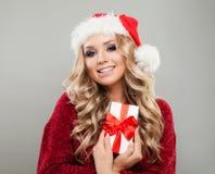 Schönes blondes Weihnachtsmädchen, das Geschenkbox der weißen Weihnacht hält Lizenzfreie Stockfotografie