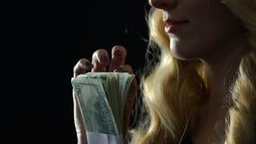 Schönes blondes Zählungsbündel Dollar, Geld für Sexservice, Ausleseeskorte stock video