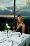 Schönes blondes, zu Abend essend Stockfotografie