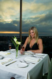 Schönes blondes, zu Abend essend Lizenzfreies Stockbild