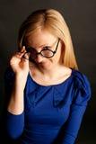 Schönes blondie in den lustigen Gläsern Stockbild