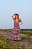 Schönes blondie in einem Cowboyhut und einem Kleid Stockbild