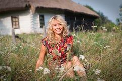 Schönes blondie im Dorf Lizenzfreie Stockfotografie