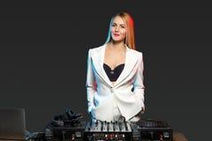 Schönes Blondine DJ-Mädchen auf Plattformen - die Partei Stockfoto