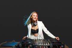 Schönes Blondine DJ-Mädchen auf Plattformen - die Partei Stockbild