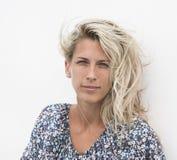 Schönes blowzy Frauenportrait des blonden Haares Stockfoto