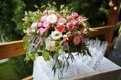 Schönes Blumengesteck von rosa und weißen Pfingstrosen, Rosen Lizenzfreies Stockfoto