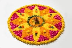 Schönes Blumenrangoli oder -dekoration mit Lehmlampe für diwali oder irgendein indisches Festival Lizenzfreies Stockfoto