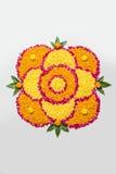 Schönes Blumenrangoli oder -dekoration mit Lehmlampe für diwali oder irgendein indisches Festival Lizenzfreie Stockfotografie