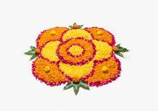 Schönes Blumenrangoli oder -dekoration mit Lehmlampe für diwali oder irgendein indisches Festival Stockfoto