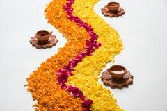 Schönes Blumenrangoli oder -dekoration mit Lehmlampe für diwali oder irgendein indisches Festival Stockbild