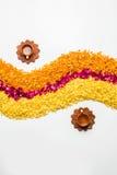 Schönes Blumenrangoli oder -dekoration mit Lehmlampe für diwali oder irgendein indisches Festival Lizenzfreie Stockfotos