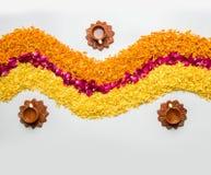 Schönes Blumenrangoli oder -dekoration mit Lehmlampe für diwali oder irgendein indisches Festival Lizenzfreies Stockbild