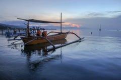 Schönes Boot an Lovina-Strand, Bali während des Sonnenaufgangs Stockbilder