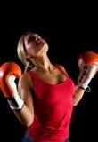 Schönes Boxermädchen über schwarzem Hintergrund Stockbild