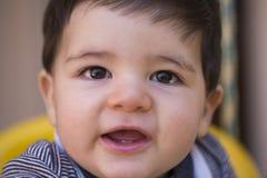 Schönes brasilianisches Baby, das Kamera betrachtet Baby auf dem swin stockfotografie